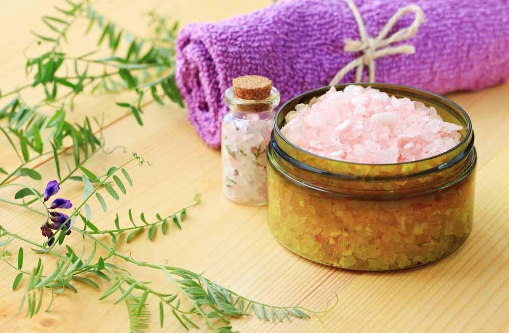 skål med epsomsalt och en lila handduk