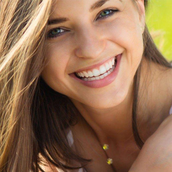Vad orsakar gula tänder och hur kan jag förebygga det?